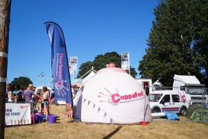 Namiot w kształcie cycka, czyli darmowe lekcje badania piersi