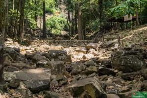 Porażka po raz drugi: wyschnięte koryto rzeki przy wyschniętym wodospadzie