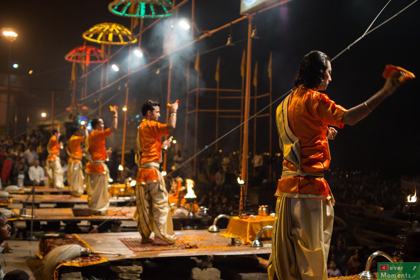 Wieczorna puja nad Gangesem