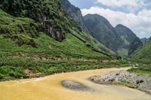 Po kilku ulewnych dniach turkusowa rzeka niesie żółty piasek